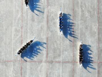 氷上ドラゴンボートレース開催 内モンゴル自治区