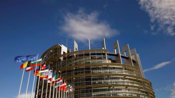 フランス・ストラスブールの欧州議会前ではためく欧州連合加盟各国の国旗=2017年6月30日(ロイター=共同)