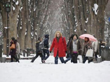 雪が積もった道を歩く人たち=26日午後、仙台市青葉区
