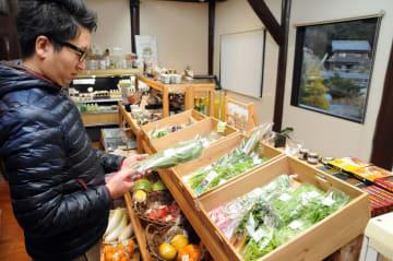 写真を拡大  新鮮な野菜や阿波尾鶏の加工品が並ぶodori=徳島県美波町山河内