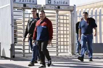 メキシコ・ティフアナの国境検問所付近を歩く人たち=25日(共同)