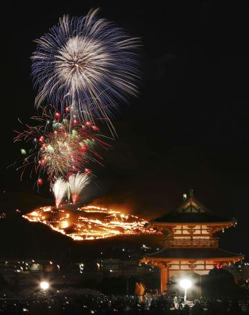 古都奈良の夜空に浮かび上がった「若草山焼き」。手前右は平城宮跡の朱雀門=26日(午後6時24分から7時9分までに撮影した画像10枚を合成)
