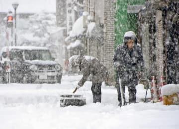雪かきをする市民=1月26日、福井県大野市明倫町