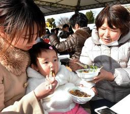 多彩な鍋を食べ比べる来場者=姫路市本町
