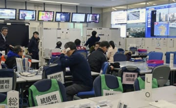熊本県和水町で震度5弱の地震が起き、県の災害警戒本部で被害の情報を収集する職員=26日午後2時57分、熊本県庁
