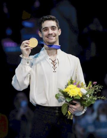 フィギュアスケートの欧州選手権男子で優勝し、メダルを手にするハビエル・フェルナンデス=ミンスク(ロイター=共同)