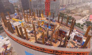 重慶一の高さとなる超高層ビル 工事が急ピッチで進行中