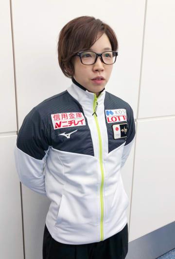 欧州への出発前、羽田空港で取材に応じるスピードスケート女子の小平奈緒=26日