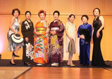 昨年のファッションショーで華やかに着飾った参加者(NPO法人長崎教育研究所提供)