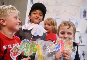 兵馬俑と竜の手工芸を楽しむ子どもたち ニュージーランド