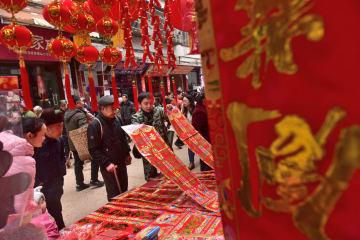 春節ムードいっぱい 活気あふれる中国農村の定期市