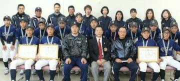 ボーイズリーグ沖縄大会で優勝した宇佐ボーイズの選手や保護者ら