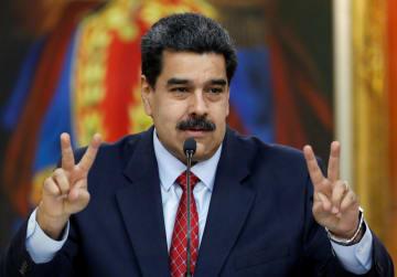 25日、ベネズエラ・カラカスで記者会見に臨んだ同国のマドゥロ大統領(ロイター=共同)