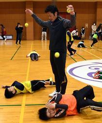 子どもたちにボールに触れる楽しさを教える加地亮さん=姫路市豊沢町