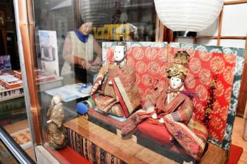 各店のショーウインドーにひな人形が飾られた七間通り=1月26日、福井県大野市元町