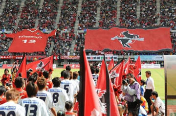 えがお健康スタジアムのスタンドに掲げられたロアッソ熊本のビッグユニホーム(左)とビッグフラッグ=2009年10月(小野宏明)
