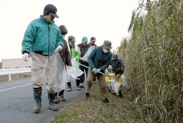 熊本城マラソンのコース沿いを清掃する銭塘校区の住民=熊本市南区