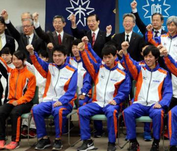 山本選手(前列右から2人目)たちが出席し、健闘を誓った壮行式