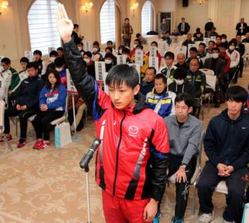 開会式で選手宣誓するマツダの島田