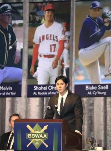 全米野球記者協会ニューヨーク支部主催の夕食会で、英語でスピーチするエンゼルス・大谷=26日、ニューヨーク(共同)