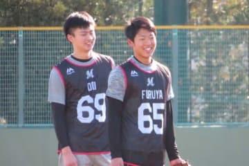 ロッテのドラフト8位ルーキー・土居豪人(左)と同6位・古谷拓郎【写真:岩国誠】