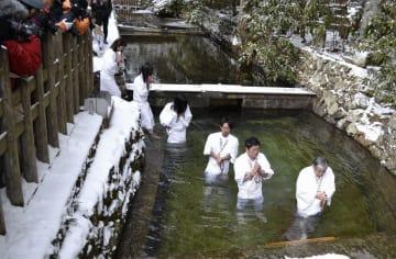 高野山奥の院の「水行場」で行われた「寒中水行」=27日、和歌山県高野町