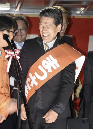 那珂市長選で無投票当選が決まり、笑顔の先崎光氏=27日午後、茨城県那珂市