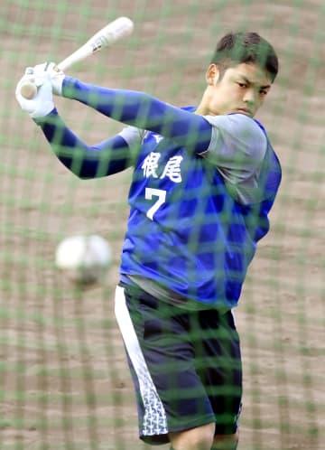 沖縄での合同トレーニングが始まり、打撃練習する中日・根尾=読谷