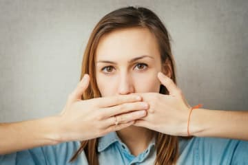 自分や他人の口元の臭いが気になったことはありますか? ブレスケアグッズなど、様々な口臭ケアグッズが人気を集めていますが、実はその口臭、以前の歯の治療跡や虫歯が原因かもしれません。