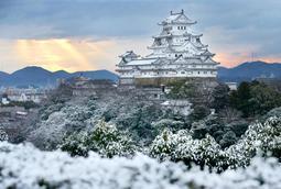 屋根瓦などが白く雪化粧した姫路城=27日午前7時34分、姫路市山野井町、男山配水池公園から(撮影・小林良多)