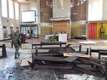 27日、爆発があったフィリピン・ホロ島の大聖堂内部(フィリピン軍提供・共同)