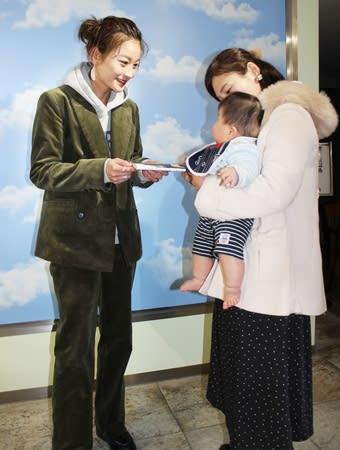 書籍発売イベントでファンと交流する西山茉希さん(左)=27日、新潟市中央区