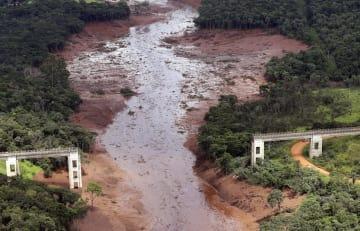 ダム決壊事故で壊れた橋=26日、ブラジル南東部ブルマジニョ(AP=共同)