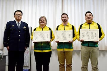 安達英明署長(左)から感謝状を受け取った(右から)木村仁さん、ベンジャミン・ドネガンさん、カイリー・コーニグさん=25日、上尾署