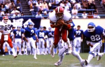 クォーターバックから投げられたパスを見事キャッチするワイドレシーバーの名倉幹選手(1985年:撮影=清水和佳)