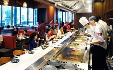 千房ジャカルタ店では、調理師がカウンターでお好み焼きや焼きそば、鉄板焼きなどを調理する=27日、ジャカルタ(NNA撮影)