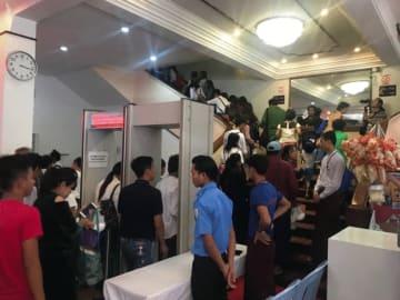 日本映画祭には、初日のオープニングから大勢のミャンマー人映画ファンが詰めかけた=25日、ヤンゴンのネピドーシネマ(NNA)