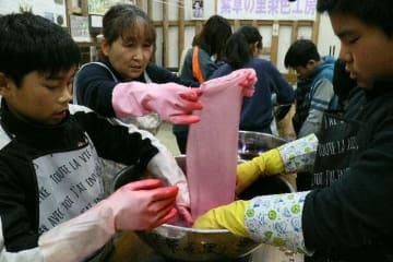 紫根染めに取り組む児童ら=竹田市志土知