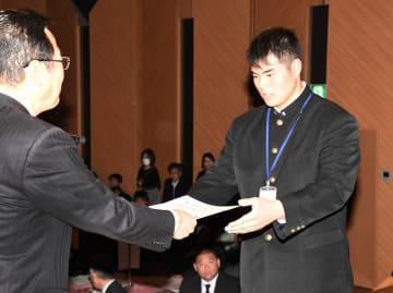 最優秀選手賞の表彰を受ける谷崎良樹選手(右)=1月27日、福井県福井市のアオッサ