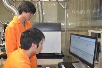 分析計のデータをチェックし分析する学生=大洗町成田町