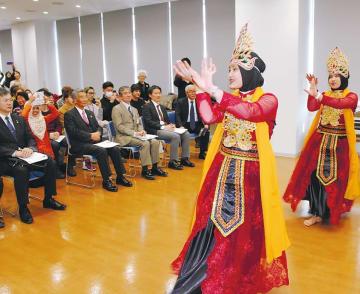 母国インドネシアの踊りを披露する技能実習生