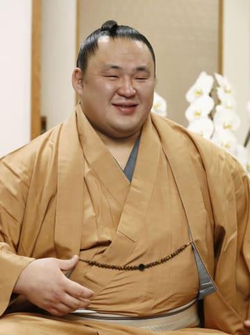 初優勝から一夜明け、笑顔で記者会見する玉鷲=28日午前、東京都墨田区の片男波部屋