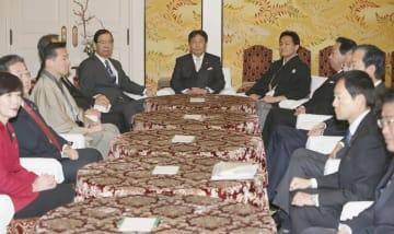 国会内で会談に臨む野党6党派の党首ら。中央は立憲民主党の枝野代表=28日午前