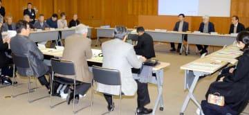 松山分水に関する県提案への回答方針を検討した西条市地下水保全協議会=27日午前、西条市役所