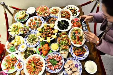 まるで本物 芸術館に登場した「年夜飯」 安徽省合肥市
