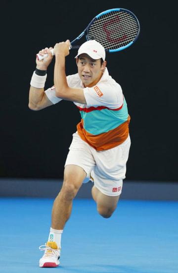 全豪オープン男子シングルス準々決勝でプレーする錦織圭=23日、メルボルン