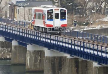 JR山田線の試運転で、橋を渡る車両=28日午前、岩手県宮古市