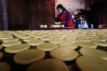 年の瀬感じさせる「五穀糍粑」の香り 重慶市