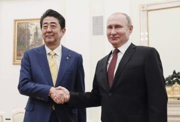 首脳会談前に握手するプーチン大統領(右)と安倍首相=22日、モスクワのクレムリン(共同)