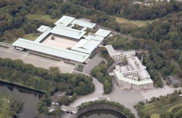 皇居の宮殿(左)と宮内庁